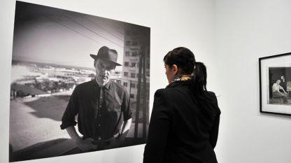 Посетител разглежда Автопортрет на писателя Уилям Бъроуз на изложението Бъроуз в Карлсруе, Германия (22 март 2012 г.)