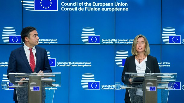Македонският външен министър Никола Димитров и върховният представител по външната политика на ЕС Федерика Могерини