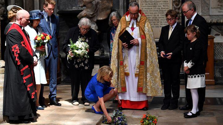 Прахът на Стивън Хокинг бе положен в Уестминстърското абатство в Лондон между гробовете на Исак Нютон и Чарлз Дарвин.