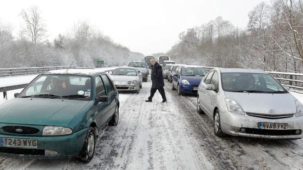 Пълният хаос в транспорта във Великобритания продължава в резултат на