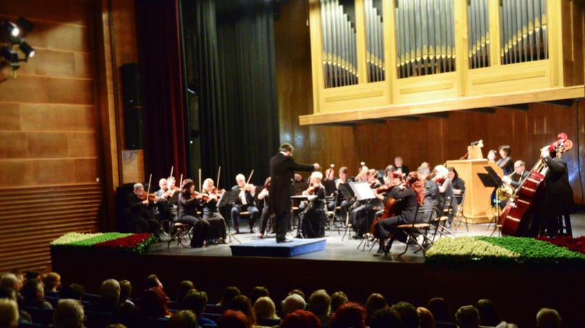 Сливенският симфоничен оркестър с диригент Димитър Караминков и солист Мария Славова - орган