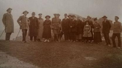 Хенри Берлайн- в средата, с английска военна униформа, до него е съпругата му. Зад него е Йосиф Кенерлиджи