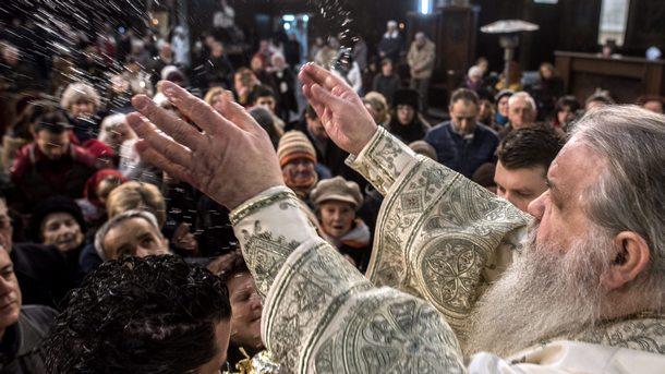 Главата на Македонската църква - архиепископ Стефан, благославя вярващи