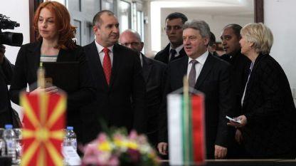 Президентът Румен Радев и Македонският му колега Георге Иванов влизат за среща с бизнесмени в Скопие.