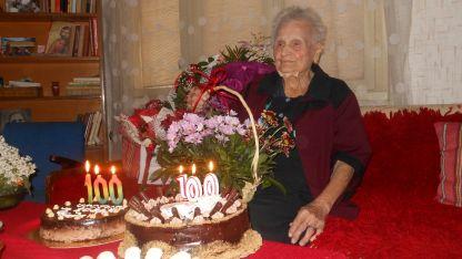 На 100 години Донка Попова от Арбанаси продължава активно да гледа телевизия и слуша радио.
