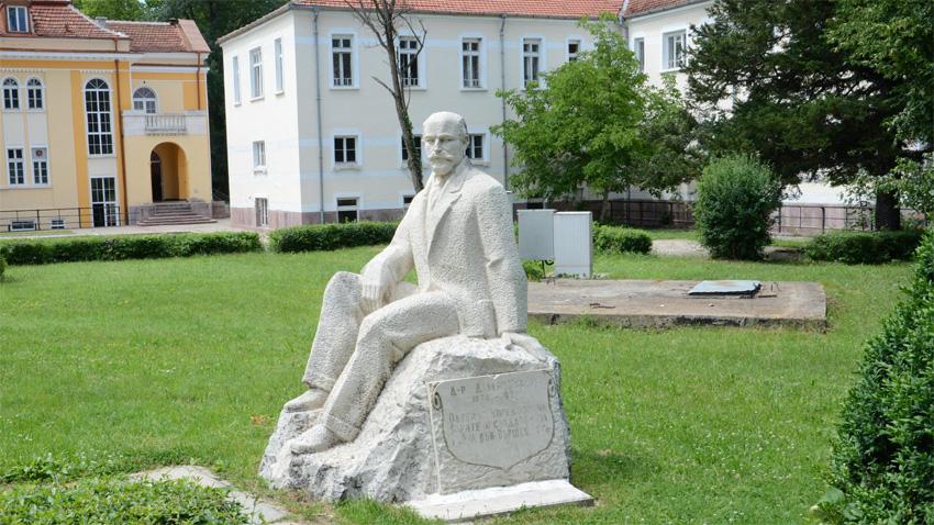 Памятник д-ру Дамяну Иванову