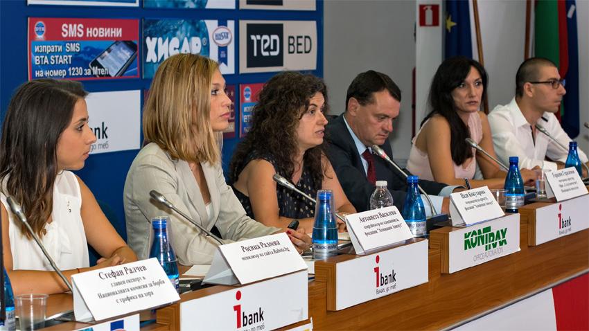Надя Кожухарова (в центре) и Никола Кондев (крайний справа) на презентации кампании
