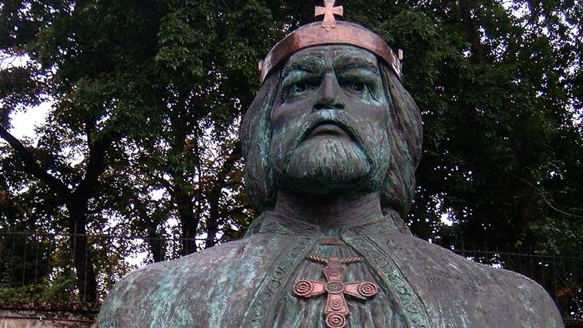 Статуята на крал св. Ласло в Székesfehérvár в малкия площад зад градината на Епископския дворец.
