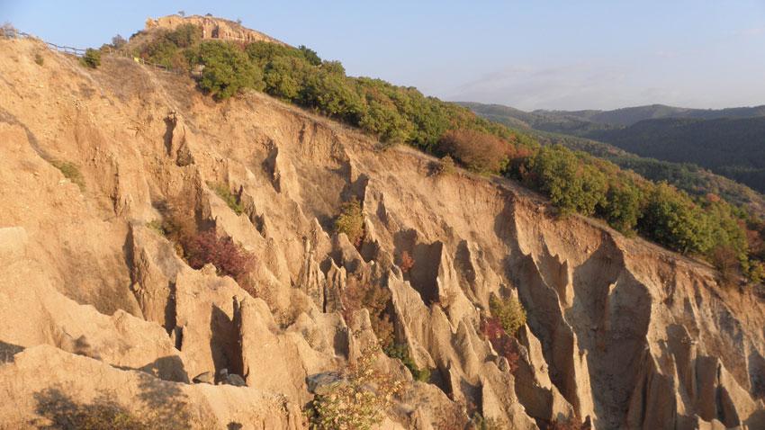 Вкаменените сватове са най-известната композиция в Стобските пирамиди край град Кочериново, природен феномен, привличащ много туристи