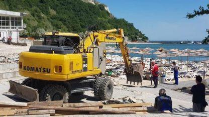 На ръба на плажната ивица в Каварна има строителна техника, но Министерството на туризма не отчита нарушения на старта на сезона.