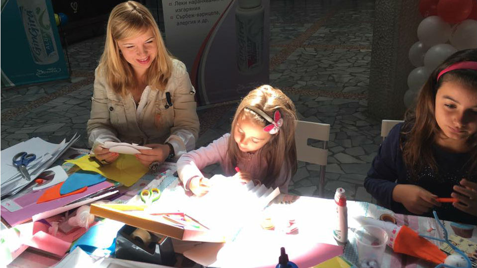 Лятна работилница за кукли привлича децата в Младежкия дом в Благоевград