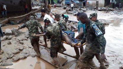 Военни помагат на пострадалите при наводнението в град Мокоа, Колумбия