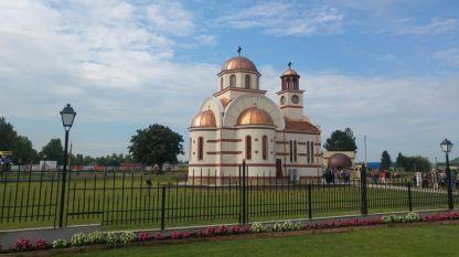 В Бяла бе осветена първата новопостроена църква в града от един век насам. Храмът е изграден с отпуснати от държавата средства и дарения, включително от румънски граждани.