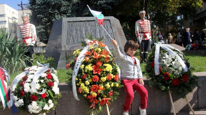 С тържество пред бюст паметника на Христо Ботев в двора
