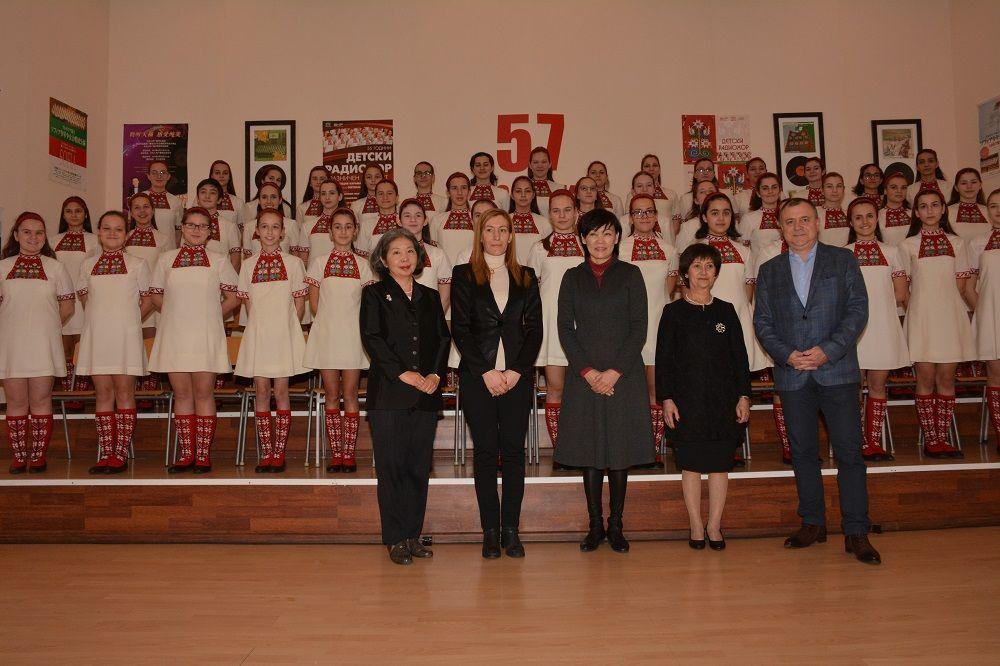 Акие Абе - съпругата на японския премиер посети БНР за среща със световноизвестния Детски радиохор. Г-жа Абе (в средата) бе придружавана от министъра на туризма Николина Ангелкова (втората от ляво на дясно). Тя бе посрещната от Генералния директор на БНР Александър Велев (най-вдясно) и главния диригент на радиохор Венеция Караманова (до него).