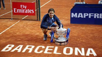Рафаел Надал позира с 9-ия си трофей от турнира в Барселона