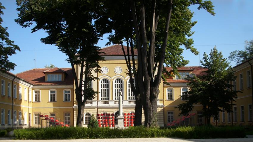 Gabrovo'da Nisan Lisesi.