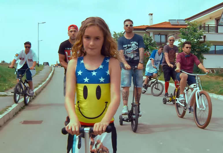 10-годишната Девора е не само лице, но и глас в клипа