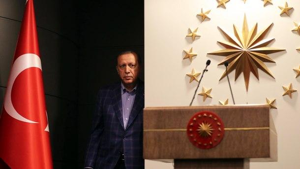 Турският президент Ердоган се отправя към трибуната, за да обяви победата на референдума за конституционни промени