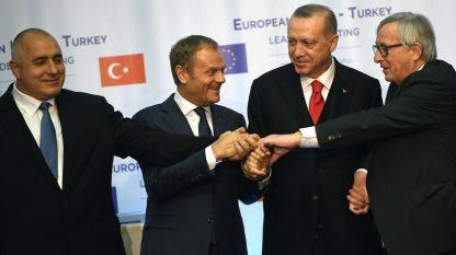 """Общото ръкостискане на Бойко Борисов, Доналд Туск, Реджеп Ердоган и Жан-Клод Юнкер (от ляво на дясно) в края на пресконференцията в резиденция """"Евксиноград"""" във Варна след края на срещата на върха ЕС-Турция."""
