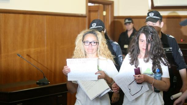 Иванчева и Петрова на влизане в залата на съда