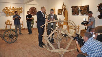 Президентът Румен Радев и Орфей Миндов, директор на Тревненска школа