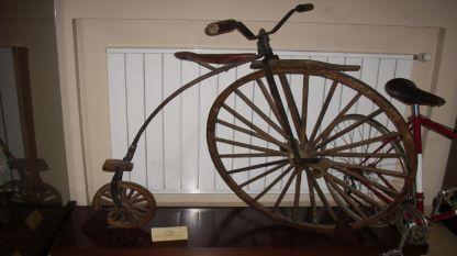 Реплика првог бицикла, воженог у Бугарској, који је 1880. г. израдио мајстор Гено Арабаџија.