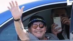 Марадона маха на феновете на път от летището