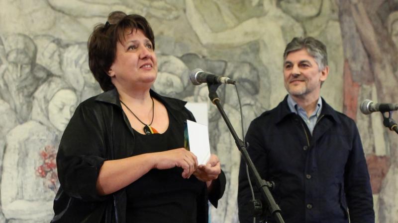 Проф. Борислава Танева приема наградата за активна творческа дейност в анкетата