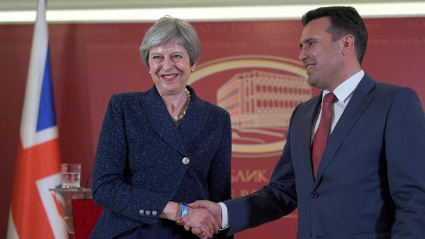 Британският премиер Тереза Мей и македонският й колега Зоран Заев