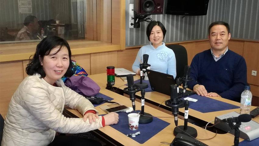 Д-р Чен И Лай, д-р Ли и д-р Жао в студиото на Радио София