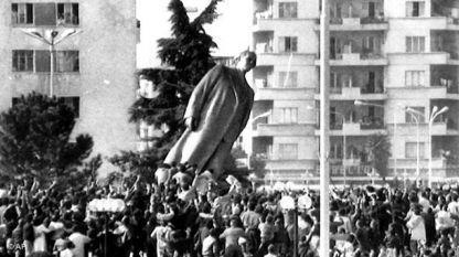 Събарянето на паметника на Енвер Ходжа в Тирана.