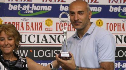 Любомир Минчев с наградата за отбор на месеца