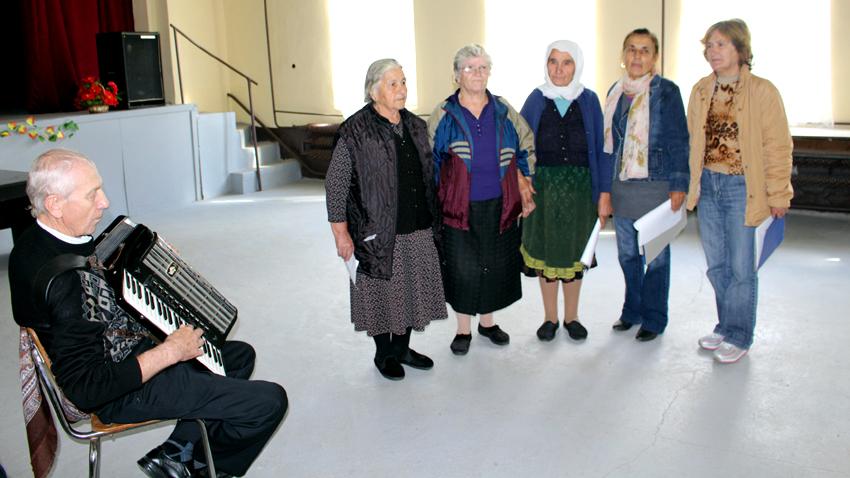 Фолклорната група към читалището в село Българка