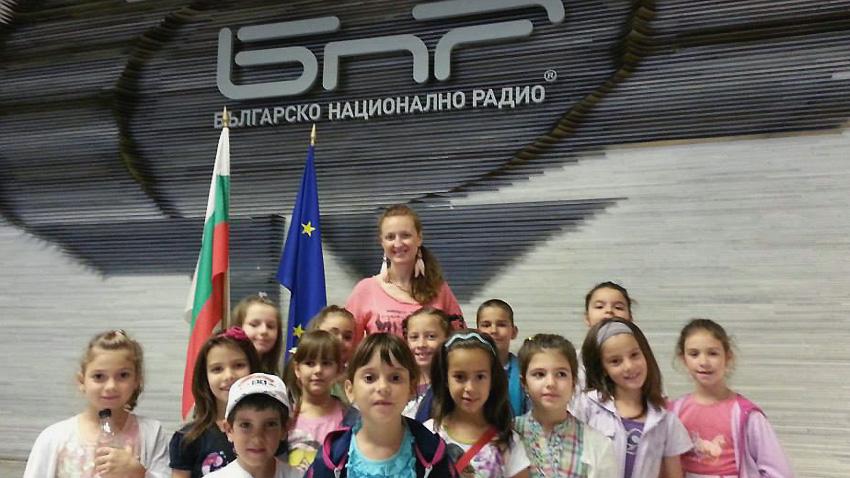 """Снежана Донева и възпитаниците й от """"Бамбини"""" пред сградата на БНР."""