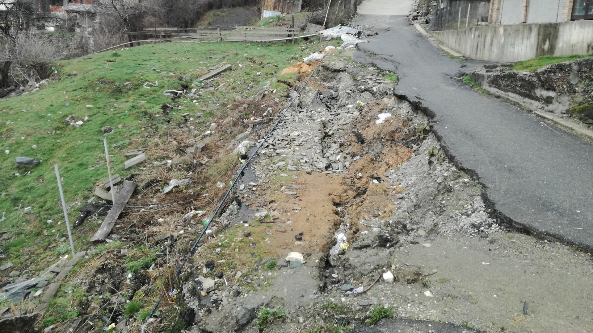 Четвърта година жителите на две села в община Сатовча живеят