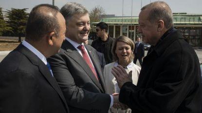 Турският външен министър Мевлют Чавушоглу (вляво), президентът на Украйна Петро Порошенко (в средата) и турският му колега Реджеп Ердоган (вдясно) на летището в Истанбул.