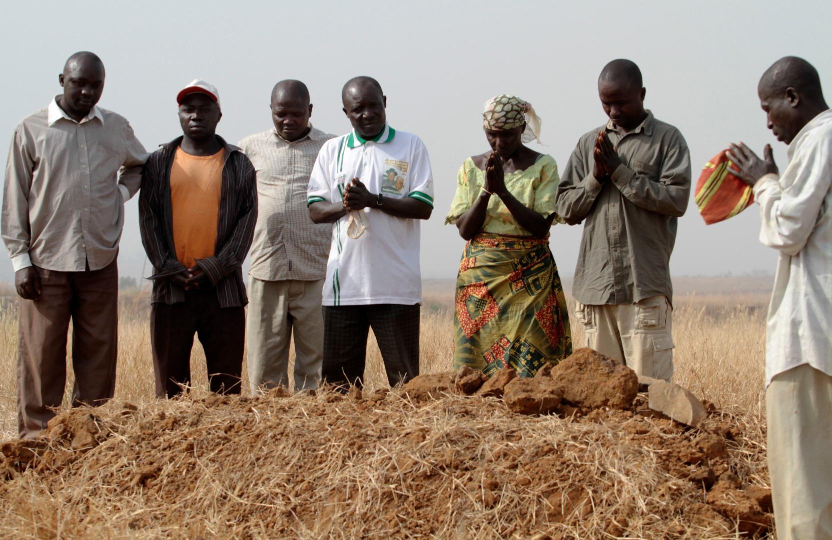нигерийско семейство оплаква загинал близък при етническо и религиозно насилие в щата Плато през 2011 г.