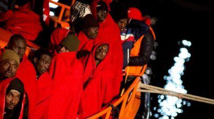 Корабче с мигранти от Африка пристига в Малага, Испания.