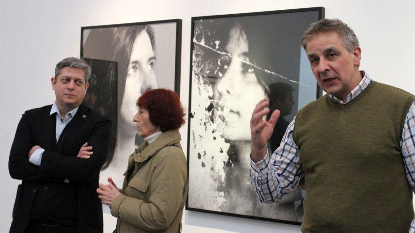 Антон Стайков говори на откриването на изложбата на Нилс Нова (крайният вляво)