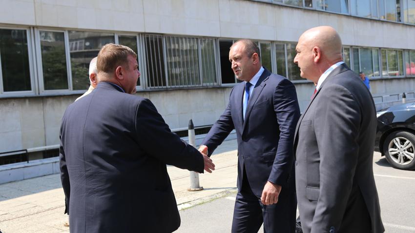Президентът Румен Радев пристигна във ВМА, за да се запознае със състоянието на ранения член от екипажа на катастрофиралия хеликоптер Ми-17 в Пловдив.