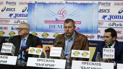 Петър Кънев, Димо Тонев и Станислав Николов при представянето на екипа на НВЛ - жени