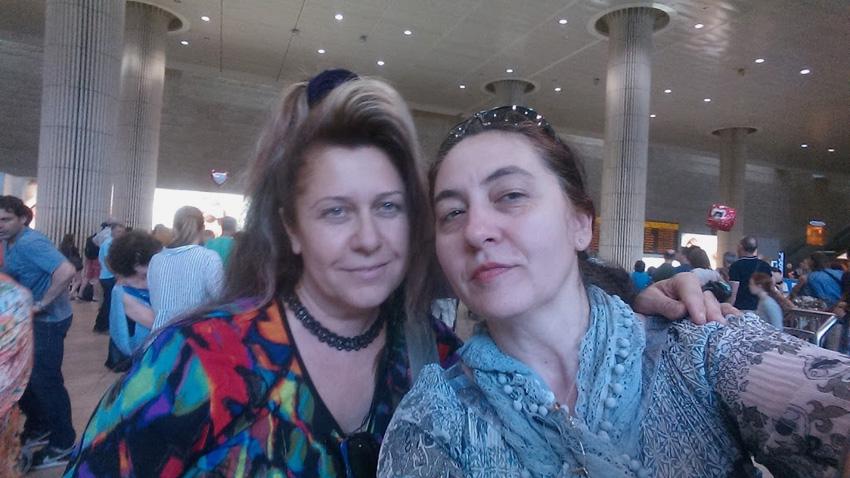 """Весела Райчинова (вляво) и Димитрина Кюркчиева на летище """"Бен Гурион""""."""