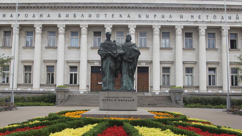 Monumento a Cirilo y Metodio ante la Biblioteca Nacional que lleva su nombre