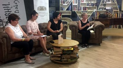 """Издателят и журналист Силвия Чолева, преводачът Бистра Андреева, преводачът на книгата Надежда Радулова и Линда Грегърсън (отляво надясно) по време на премиерата на книгата """"Машини за дишане"""" в литературен клуб """"Перото""""."""