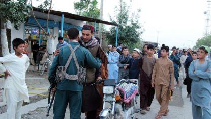 Талибан прегръща афганистански полицай в северния град Кундуз по време на безпрецедентно примирие за мюсюлманския празник Айд ал Фитр, който бележи края на свещения месец Рамазан. Но в източната провинция Нангархар камикадзе окървави празника.