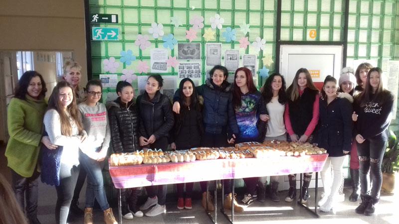 """Момичета от 11 клас на СУ """"Иван Вазов"""" – град Вършец, работещи по Национална програма """"Научи се да даряваш"""" отбелязаха Деня на християнското семейство като спазиха народните традиции и изпекоха обреден хляб, наречен с пожелания за здраве, късмет и благоденствие за учителите и учениците."""