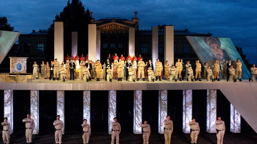 """Сцена от постановка на """"Аида"""" на Оперния фестивал в Шверин."""
