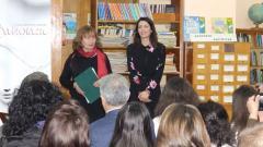 Авторката на книгата Константина Живова (в дясно) и директорът на библиотеката Кети Костадинова