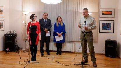Wenzislaw Petrow (am Mikrofon) und Botschafter Stavros Avgustidis eröffneten die Ausstellung.